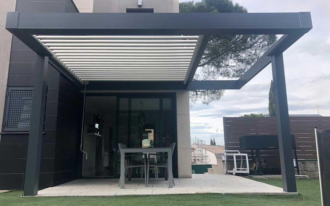 Instalación de Pérgola Bioclimática de Lamas Orientables Manual y Estructura Plana anexa en una terraza de Mirasierra en Madrid