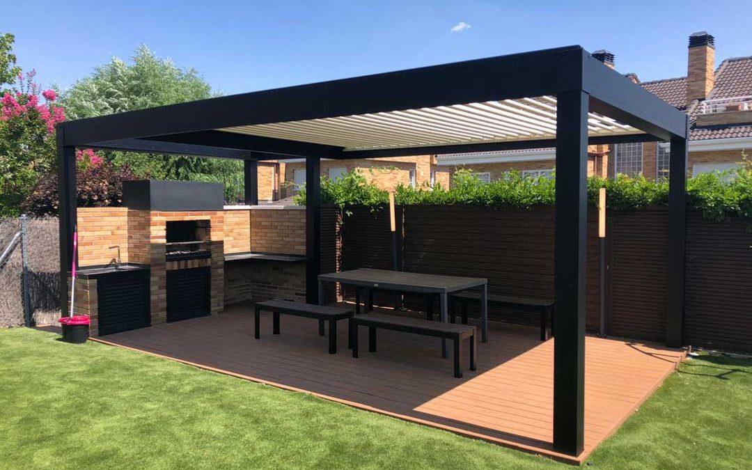Instalación de Pérgola Bioclimática de Lamas Orientables motorizada con diseño adaptado a una zona de barbacoa en una terraza de Arroyomolinos en Madrid